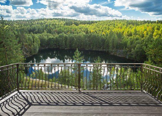 טפט   מרפסת עם נוף של אגם גדול ביער