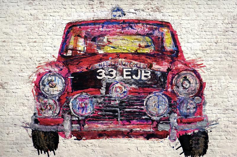 רכב אדום מצוייר על קיר בריקים