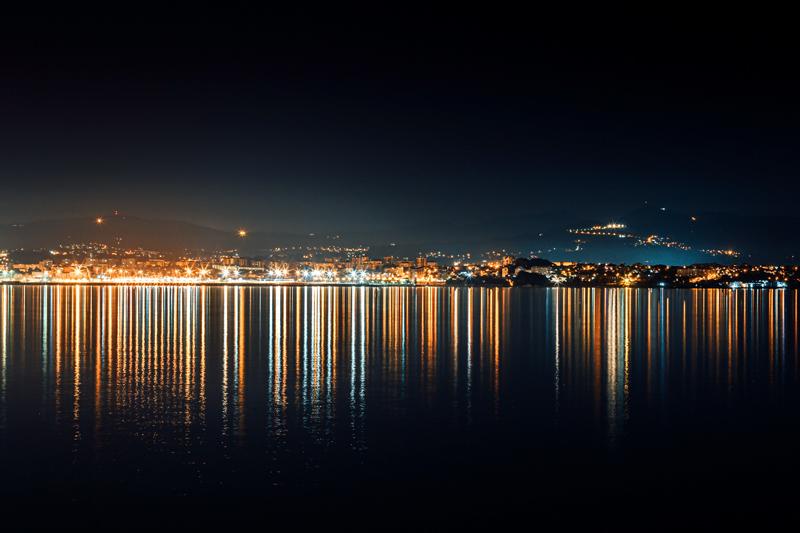 טפט העיר על המים בלילה